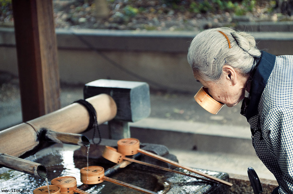kyoto-temple-woman.jpg